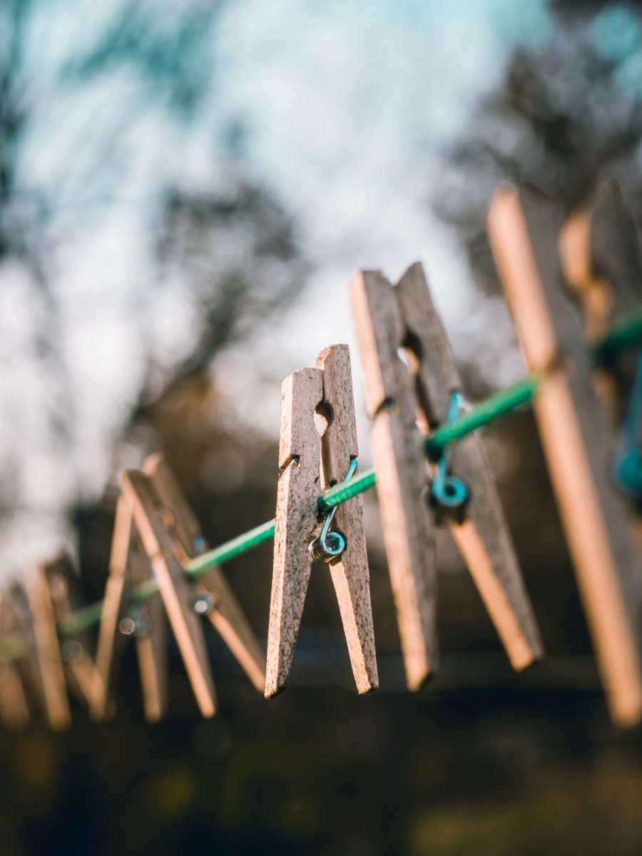 pince à linge étendu sur une corde dans le jardin. Entretenir tablier et torchon en lin lavé. Échoppe Végétale